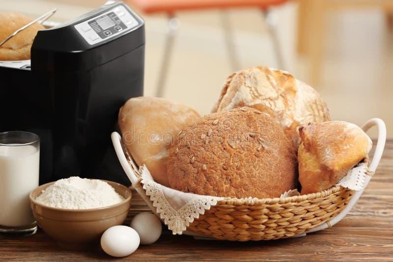 Состав с свежими хлебцами, машина хлеба стоковые фотографии rf
