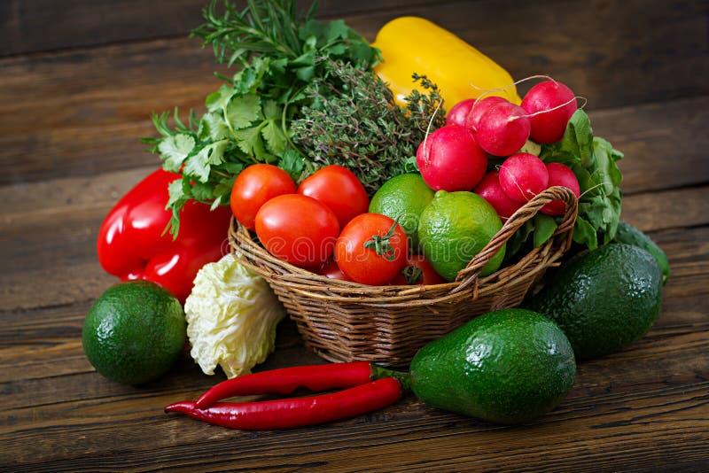 Состав с сортированными сырцовыми органическими овощами и плодоовощами стоковая фотография rf