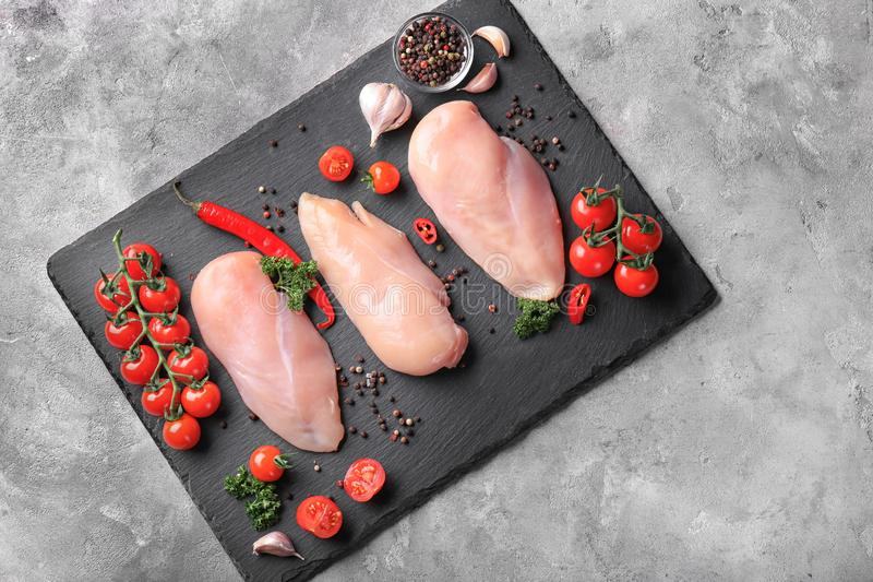 Состав с сырцовыми филе, овощами и специями цыпленка на плите шифера, плоском положении стоковые фотографии rf