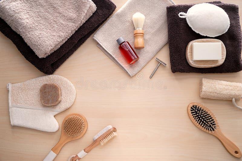 Состав с туалетно-косметическими принадлежностями на деревянной предпосылке стоковые изображения rf