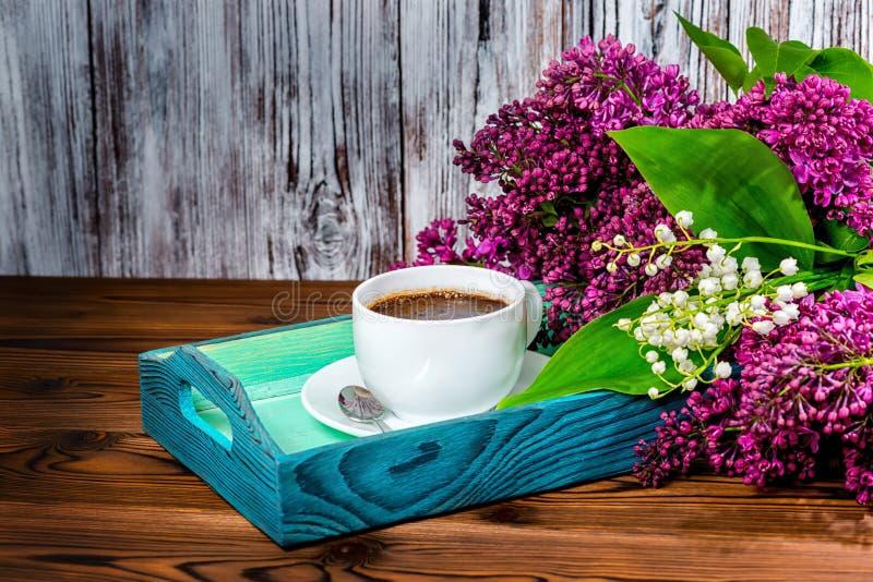 Состав с чашкой кофе ароматности на beautif подноса и букета стоковые изображения