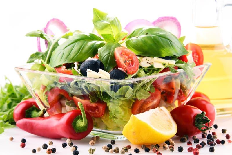 Состав с vegetable салатницей сбалансированное диетпитание стоковое фото rf