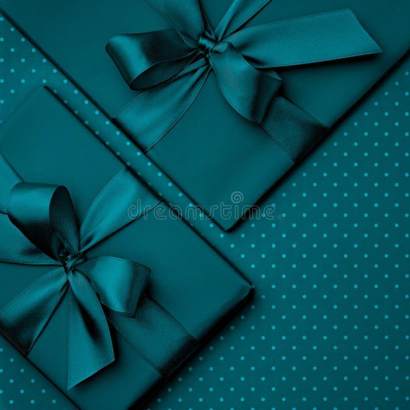 Состав темной подарочной коробки бирюзы плоский положенный, день рождения поздравительной открытки на темной предпосылке бирюзы В стоковая фотография rf