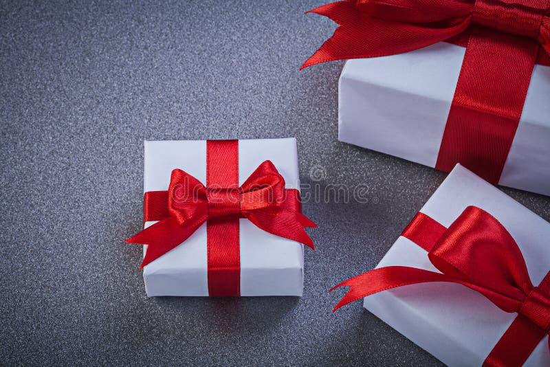 Состав упакованных присутствующих коробок на серых поверхностных праздниках жульничает стоковая фотография