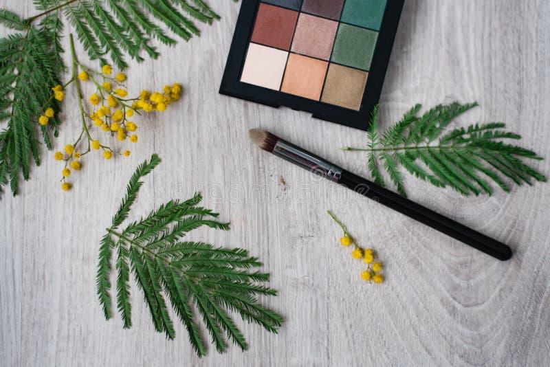 Состав цветка дизайна натюрморта флористический декоративный сделанный от мимоз на деревянной предпосылке стоковое фото rf