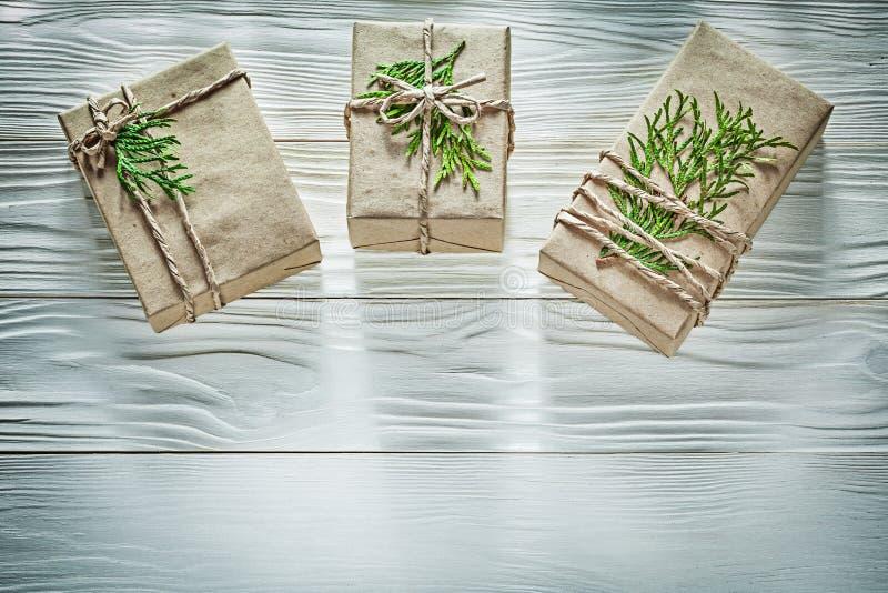 Состав handmade подарочных коробок с зелеными ветвями на деревянном стоковые изображения rf