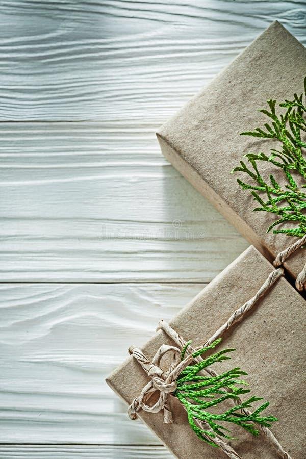 Состав handmade присутствующих коробок с зелеными ветвями дальше сватает стоковые изображения rf