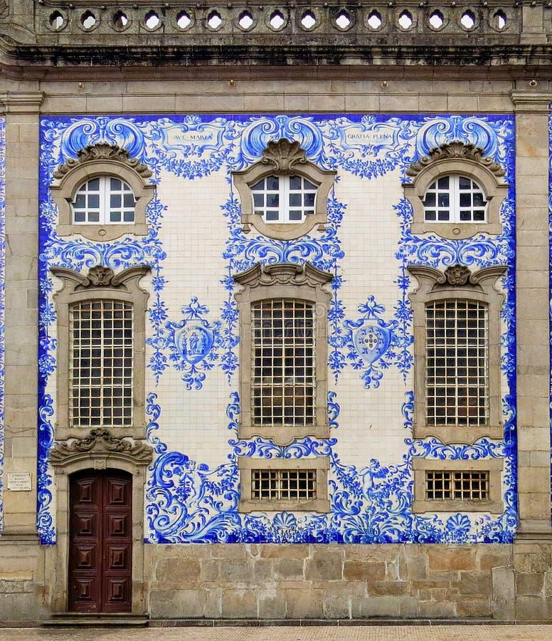 Состоятельный фасад дома в Порту, Португалии. стоковое фото