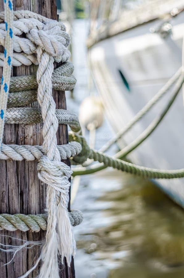 Состыкованные парусник и линии на опоре стоковое фото rf
