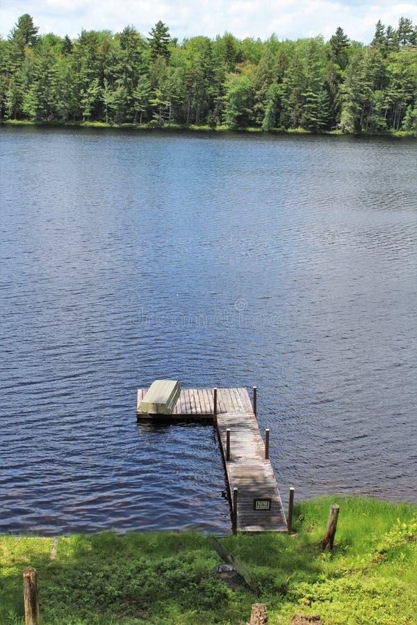Состыкуйте на пруде Леонарда расположенном в Childwold, Нью-Йорке, Соединенных Штатах стоковые фотографии rf