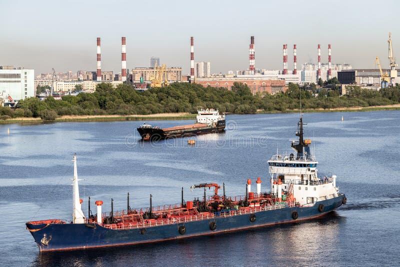 Сосуды причаливая порту Корабли в гаван водах стоковое фото