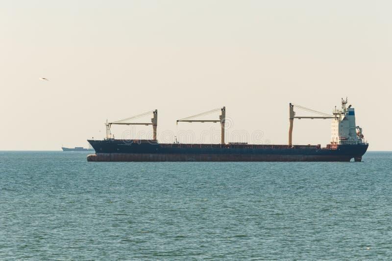 Сосуд контейнера на своем пути к порту Гамбурга увиденному около острова Helgoland стоковые изображения