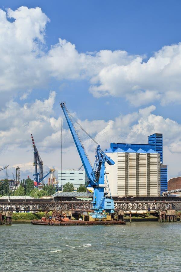 Сосуд крана причаленный в порте Роттердама на солнечный день стоковые изображения rf