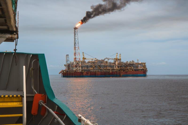 Сосуд топливозаправщика FPSO около платформы буровой вышки Оффшорная нефтяная промышленность нефти и газ стоковые фото