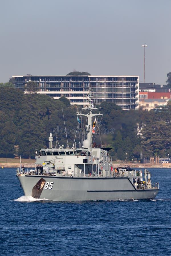 Сосуд Minehunter класса HMAS Gascoyne m 85 Huon прибрежный королевского австралийского военно-морского флота в гавани Сиднея стоковые фотографии rf