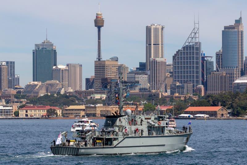 Сосуд Minehunter класса HMAS Gascoyne m 85 Huon прибрежный королевского австралийского военно-морского флота в гавани Сиднея стоковое фото rf