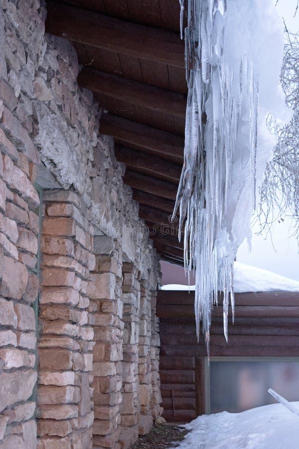 Сосульки капая с крыши здания в северной Аризоне во время зимы стоковые фото