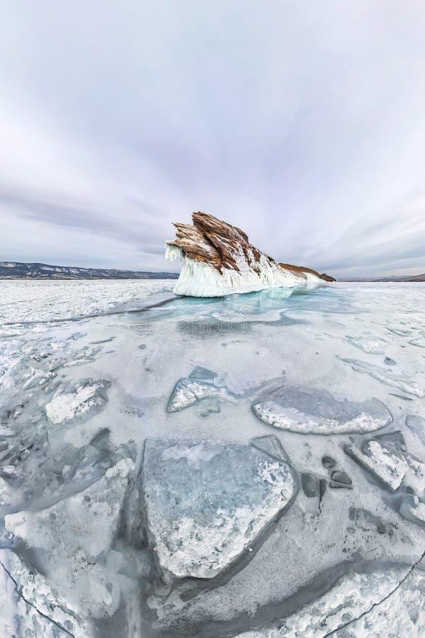 Сосульки льда панорамы на зиме Lake Baikal острова Ogoy Сибирь, Россия стоковые фото