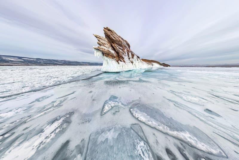 Сосульки льда панорамы на зиме Lake Baikal острова Ogoy Сибирь, Россия стоковые фотографии rf