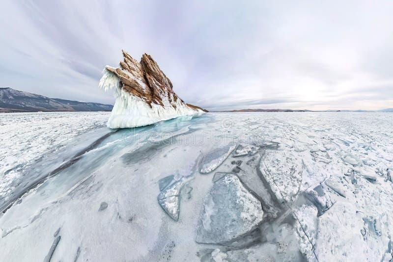 Сосульки льда панорамы на зиме Lake Baikal острова Ogoy Сибирь, Россия стоковое изображение