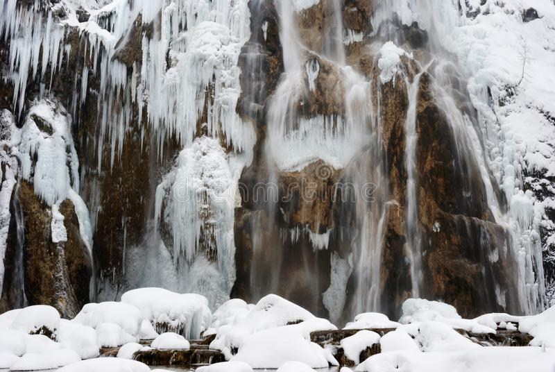 Сосульки на утесах на озерах Plitvice стоковые изображения rf