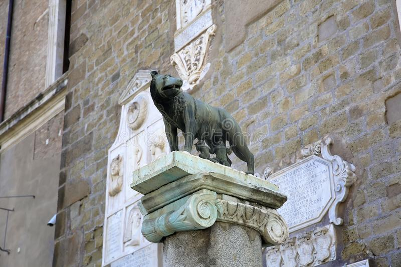 сосунок Она-волка близнецы символ Рима - бронзовой скульптуры, холма Capitoline, Рима, Италии стоковые изображения