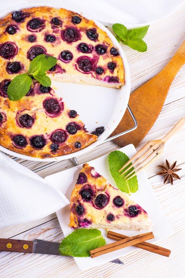 Download Сотейник сыра с смородиной стоковое изображение. изображение насчитывающей green - 40579533