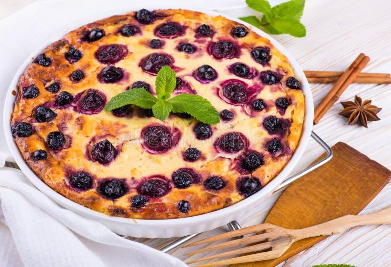 Download Сотейник сыра с смородиной стоковое фото. изображение насчитывающей тарелка - 40579534