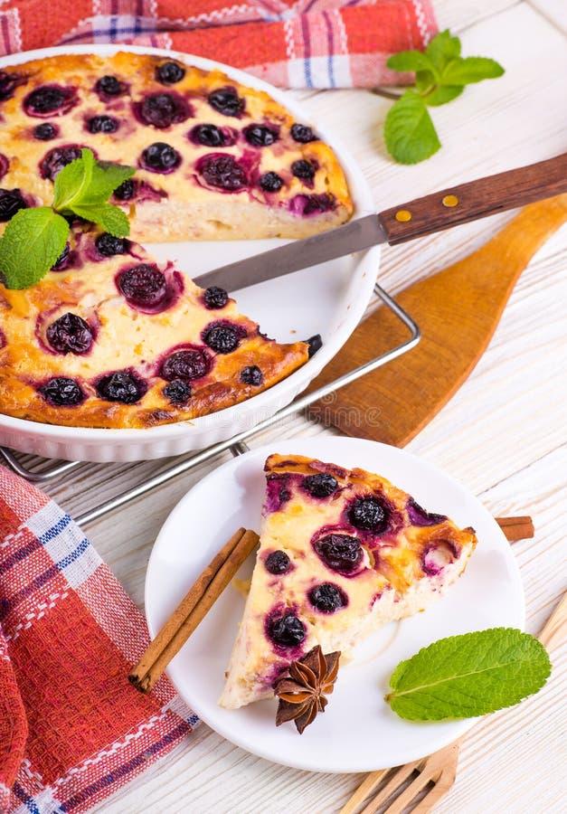Download Сотейник сыра с смородиной стоковое фото. изображение насчитывающей молокозавод - 40579538