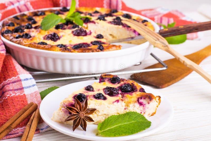 Download Сотейник сыра с смородиной стоковое фото. изображение насчитывающей торт - 40579540
