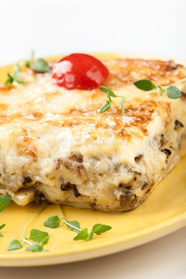 Сотейник с грибами картошкой и сыром стоковое фото