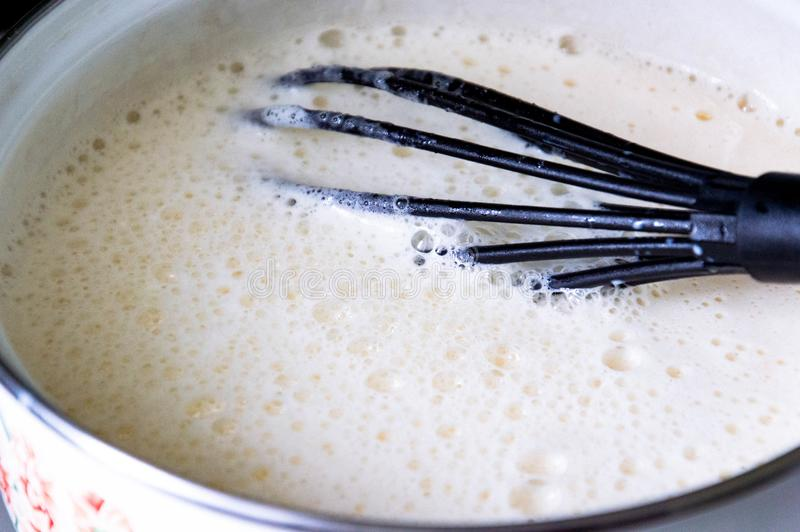 Сотейник с кипя молоком стоковое изображение rf