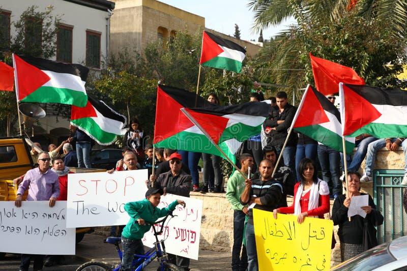 Сотниы в антивоенной демонстрации поддерживая Газа стоковые изображения rf