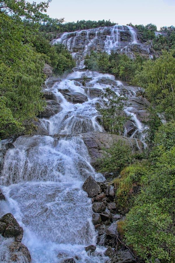 Сотни красивых водопадов в Скандинавии стоковое фото