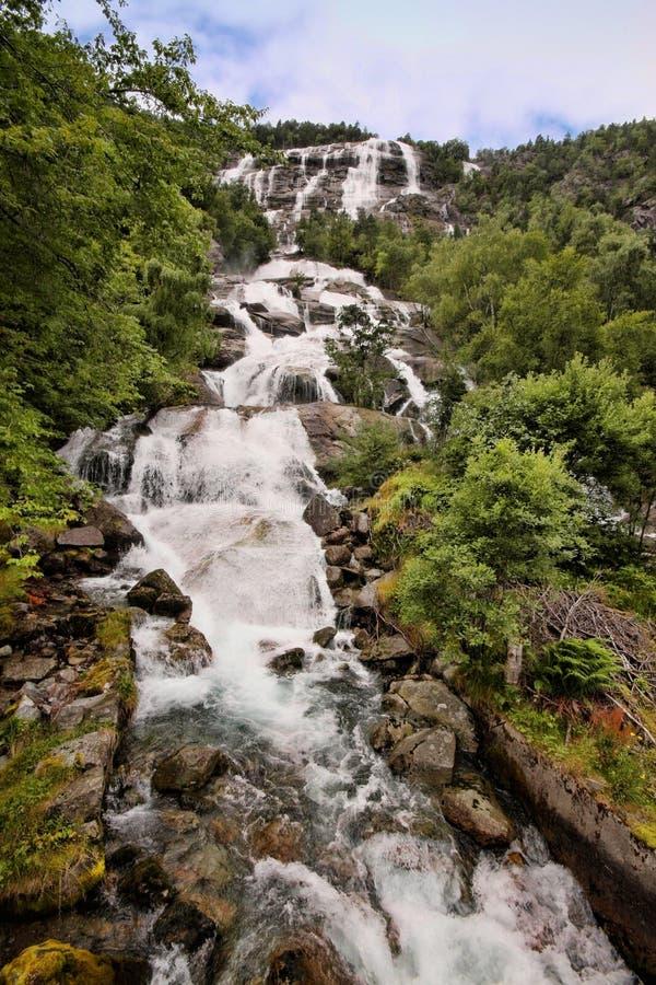 Сотни красивых водопадов в Скандинавии стоковая фотография rf