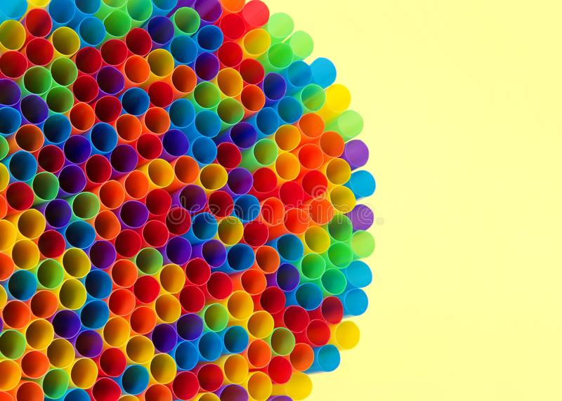 Сотни красочных пластичных солом смотря на вперед с желтым космосом экземпляра стоковые изображения