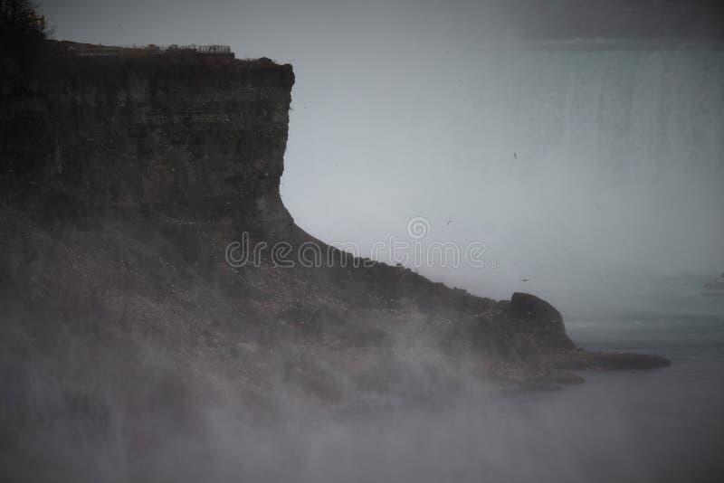 Сотни чайок на скале Ниагарского Водопада стоковые изображения rf