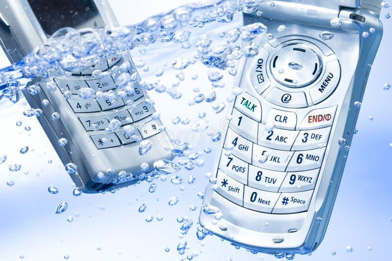 Сотовый телефон в воде стоковое фото rf