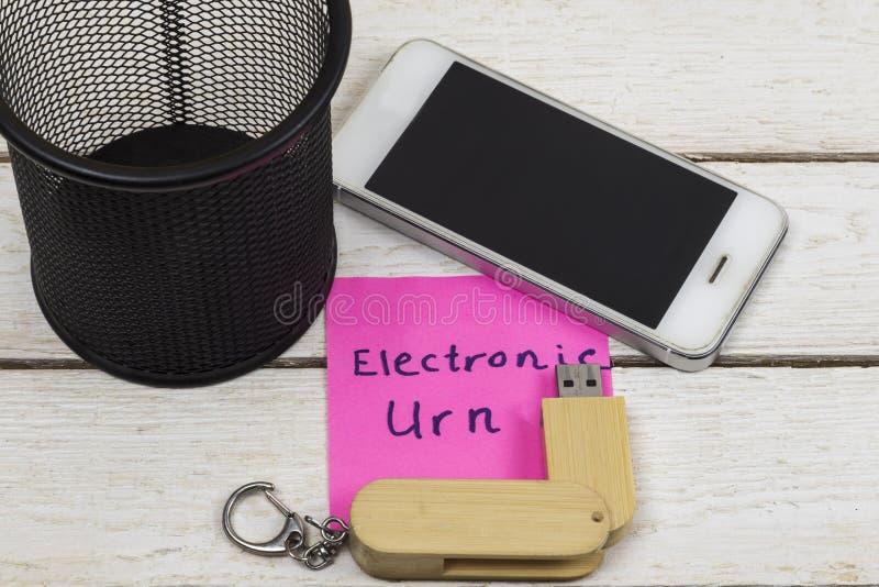 Сотовый телефон и внезапный привод около со словами: Электронная урна стоковое фото rf