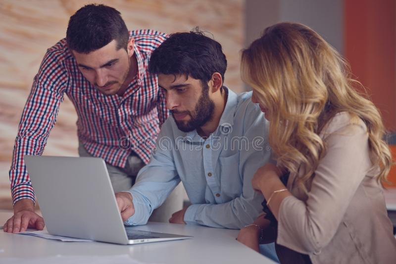 Сотрудники группы молодые делая большие деловые решения Офис творческой концепции работы обсуждения команды корпоративной совреме стоковые изображения