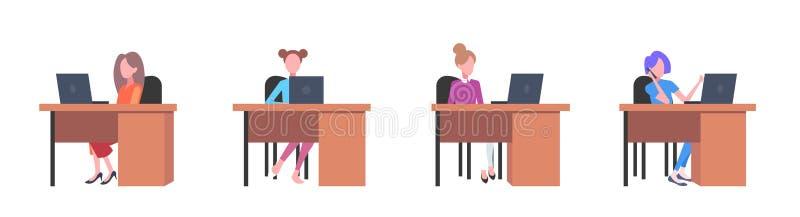 Сотрудники девушек в творческих женщинах офиса сидя на столах рабочего места работая квартира открытого пространства концепции пр бесплатная иллюстрация