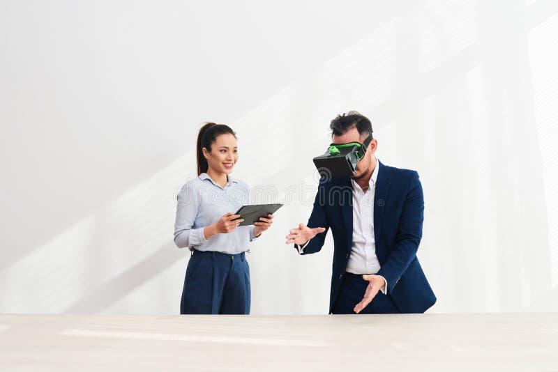 Сотрудники испытывая VR app стоковая фотография