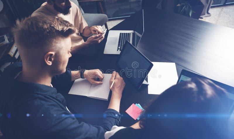 Сотрудники объединяются в команду на работе Группа в составе молодые бизнесмены в ультрамодной случайной носке работая совместно  стоковые изображения rf