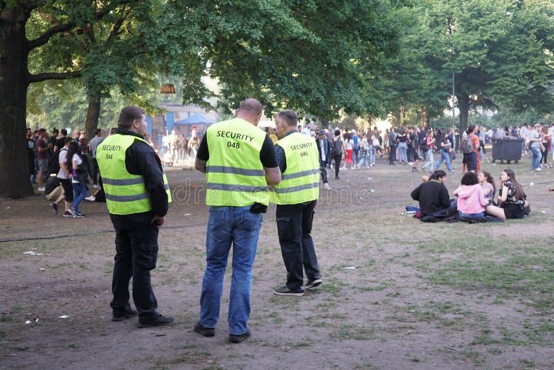 Сотрудники охраны во время масленицы культур 2018 в Берлине стоковое изображение rf