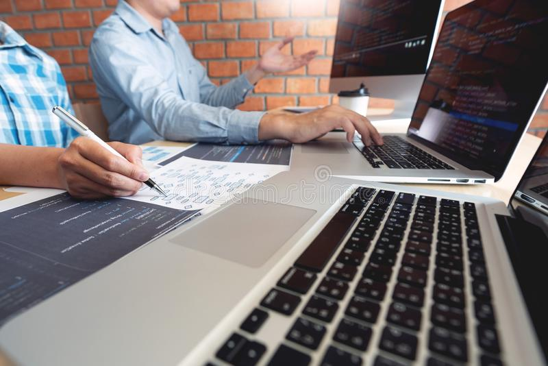 Сотруднические технологии разработчика вебсайта инженеров по программному обеспечению работы или кодирвоание программиста работая стоковая фотография