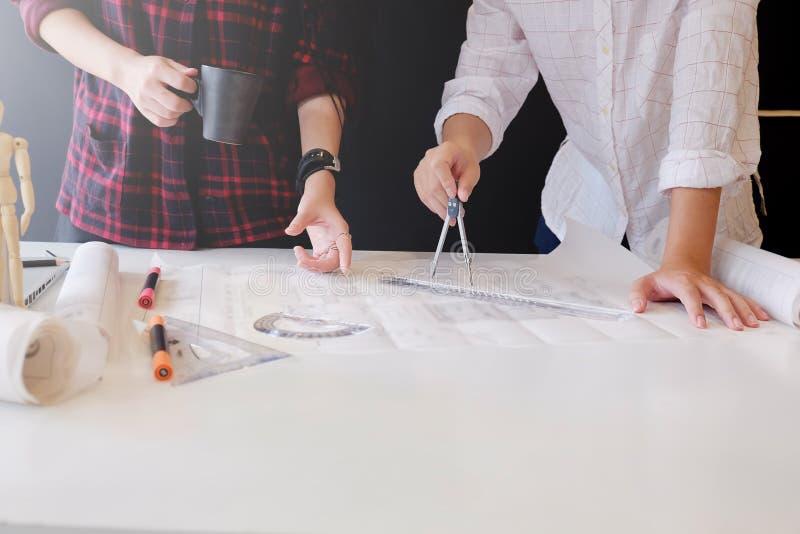 Сотрудничество корпоративное встречи инженера для архитектурноакустического proj стоковое изображение