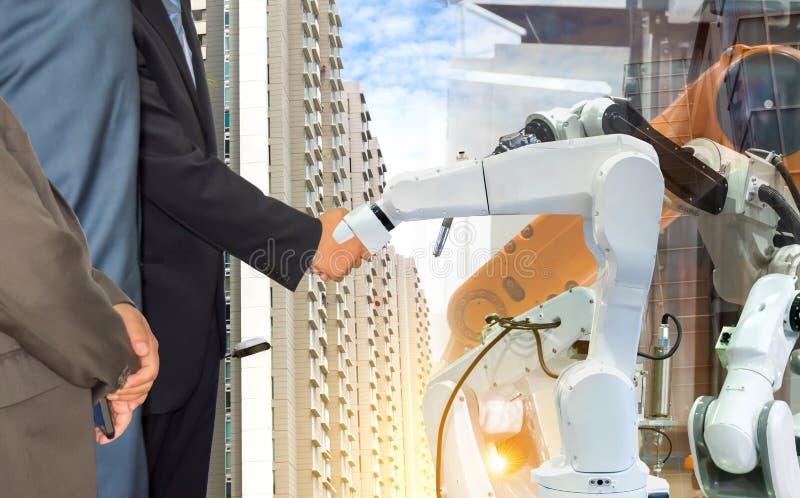 Сотрудничество рук бизнесмена тряся с индустрией будущего руки робота робототехнической стоковые изображения rf