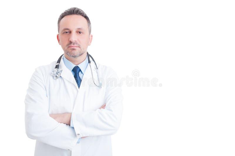 Сотрудник военно-медицинской службы или доктор стоя уверенно на белом космосе экземпляра стоковая фотография rf