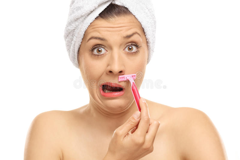 Сотрясенная женщина брея ее усик стоковые изображения rf