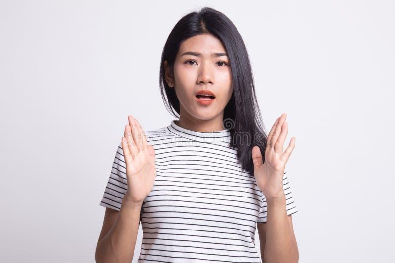 Сотрясенная молодая азиатская женщина стоковое изображение